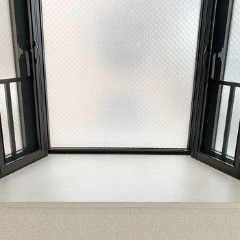リビングには出窓があります。