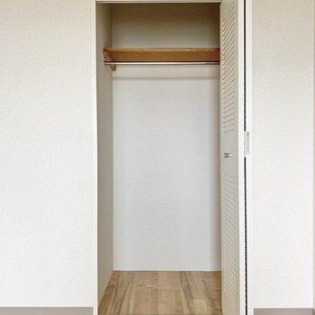 【洋室約5帖】ポールハンガー付きの収納なので、部屋着も掛けておけます。