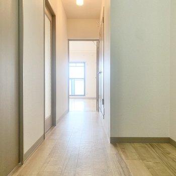 廊下を進んで、玄関側の洋室へ。