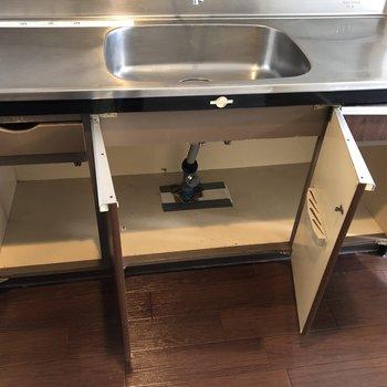 収納力は抜群。調理器具や食材のストックなど入れて置けます。