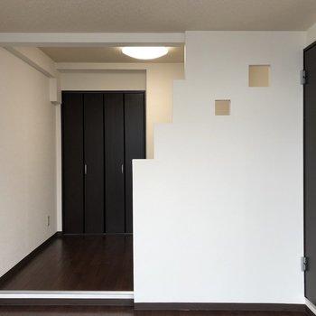 洋室です。仕切りのデザインが個性的!