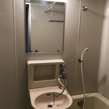 鏡や化粧品の収納棚もあるので、スキンケアもしっかりできます。