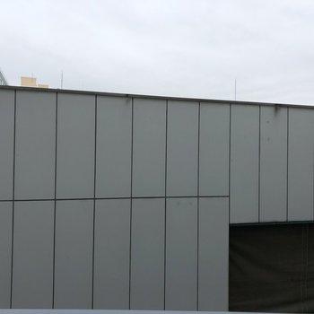 眺望。となりの建物が少し近いです。