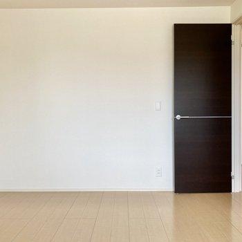 【洋室7帖】ドアは廊下とつながっています。LDKと近い位置にあるので移動が楽ですね。