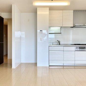 【LDK】キッチンもホワイトの明るいデザインですね。横には冷蔵庫スペースがありますよ。