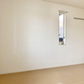 【洋室7帖】こちらも2面採光。壁際にベッドを置いたら気持ちよく目覚められそうですね。