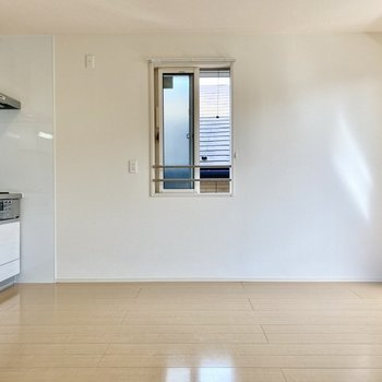 【LDK】こちらにも窓がついており、2面採光の空間です。
