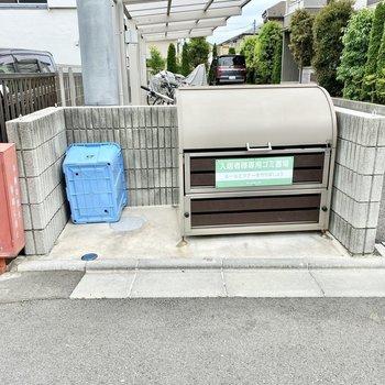 駐輪用の近くにゴミ置場があります。