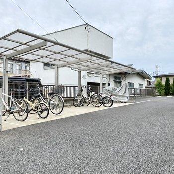 駐輪場(空き要確認)。屋根がついているので雨の日も安心です。