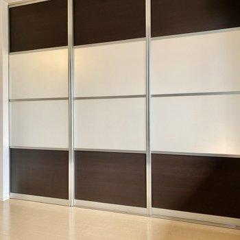 【洋室5.25帖】引き戸は半透明の素材と木目調のコントラストがおしゃれですね。