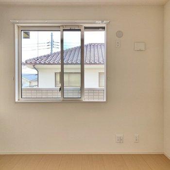 【洋室5.25帖】南向きの腰窓。こちらもベランダに面しています。