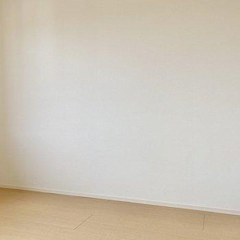 【洋室5.25帖】はっきりとした色合いの家具を置くとメリハリがつきそうですね。