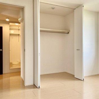 【洋室7帖】クローゼットは大容量。掃除機などの家電もこちらに収納できそうですね。