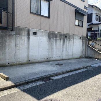 駐車場は左側です。