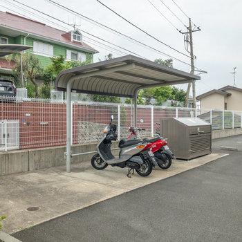 屋根付きの駐輪場・バイク置き場。
