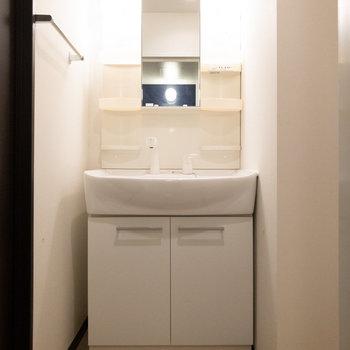 独立洗面台。シンプルで使いやすそうです。