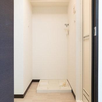 こちらは脱衣所です。洗濯機置き場が正面にあります。