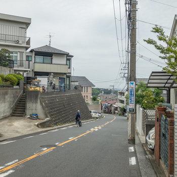 駅からお部屋まではこの坂道を上る必要があります。