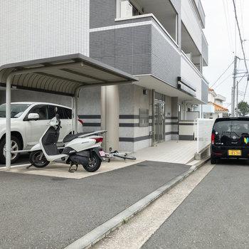 入口です。すぐ近くには駐輪場と駐車場があります。