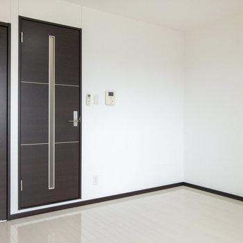 ドアのダークブラウンがアクセントになり、お部屋の雰囲気をギュッと引き締めてくれます。