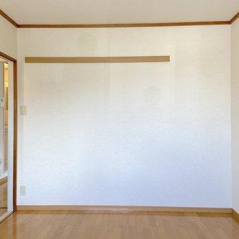 【北側洋室】長押があるので、ドライフラワーなど飾るのもいいかも。
