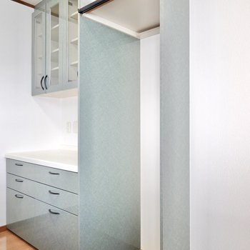 手前側には冷蔵庫置き場。上部には棚も付いています。
