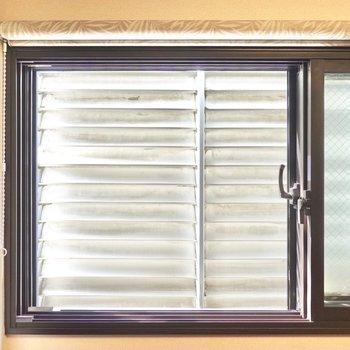 5帖の洋室と浴室の窓の外は目隠し用のルーバー。光はしっかり取り入れてくれます。