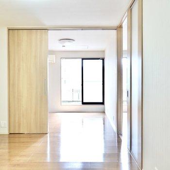 廊下奥のドアを抜けると6帖の洋室。このお部屋は残り2つの洋室とも繋がっています。