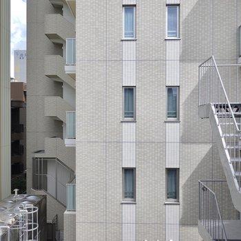 LDKの東側の窓からはお隣のマンションの壁。ですが息が詰まるほど近くはありません。