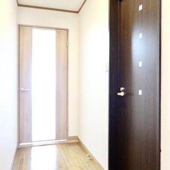洋室は廊下の奥に。まずは右の扉から。