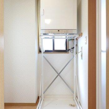 脱衣所に入ると正面に洗濯機置き場。なんと上部に乾燥機が備え付けられています!