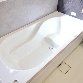 足を伸ばして過ごせる浴槽。追い焚き付きなのでつい長風呂してしまいそう……