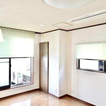 カーテンではなくロールブラインドが設置済み。空調は業務用エアコンで効きが良さそう。