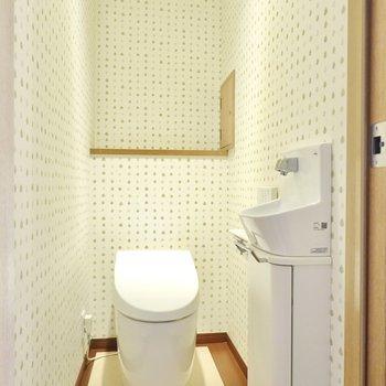 トイレは手洗い器付きのタンクレストイレ。近づくと自動で開いてくれますよ。