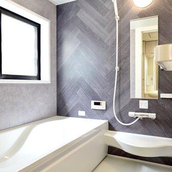 右手にはバスルーム。高級感のあるパネルで気分が落ち着きます。