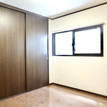 こちらは約5帖のお部屋。入って左の壁一面が収納になっています。