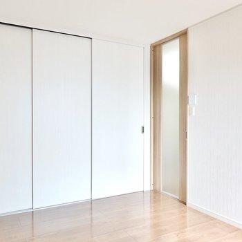 ドア側は壁一面が収納に。