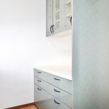 背面側の設備も充実。奥には食器棚とコンセント付きの家電置き場。