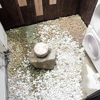 専用庭つき!ぽつんと石。