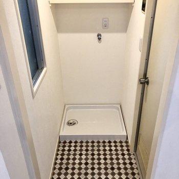 レトロな柄がキュートな洗濯機置き場。