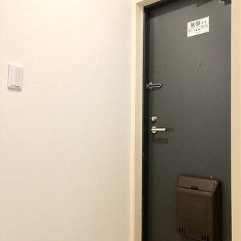 玄関ドアはがっしりしています。