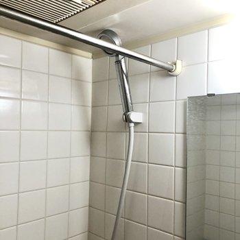 浴室乾燥機使用時に役立つポールがありましたよ。