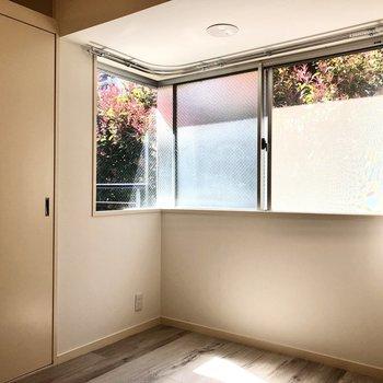 【洋室】窓も大きめです。