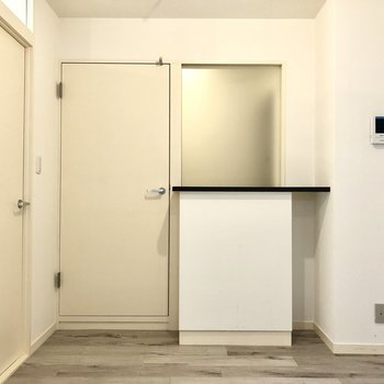 【LDK】キッチンから玄関側を見るとこんな感じ。カウンターをテーブル代わりにしても◎