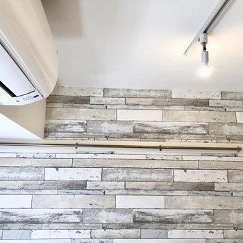 【洋室】ハンガーをかけておけそうなポールが天井付近に。