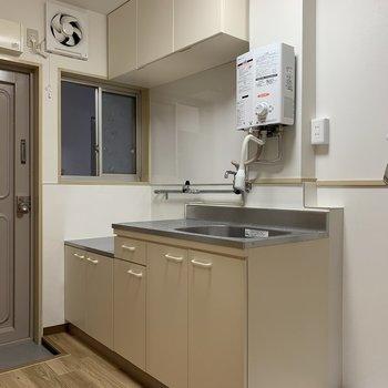 玄関の横にあるキッチンは収納スペースもOK!小窓がついてることもOK!