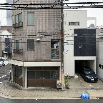 6帖のお部屋からの眺望は、向かいの建物と道路