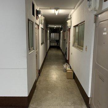廊下は薄暗さがあります。
