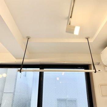 DKの窓の前に室内干し設備。エアコンの風で乾かせますよ。※写真は前回募集時のものです