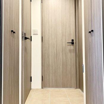 玄関を入って、バス・トイレまでひと続きの素焼き風タイルの床です。※写真は前回募集時のものです